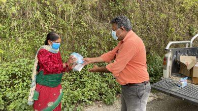 Photo of कोरोना संक्रमितलाई टोल-टोलमै पुगेर औषधी वितरण गर्दै आँधीखोला गाउँपालिका अध्यक्ष