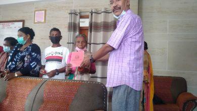 Photo of पहिरो प्रभावित छ घर परिवारलाई जग्गाधनी पूर्जा हस्तान्तरण